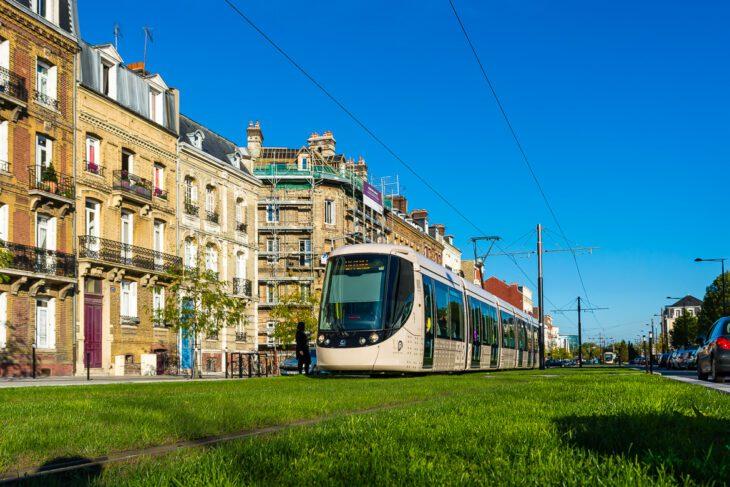 Frankreich, Le Havre, Rasengleis, Sommer, Stadtbahn, Straßenbahn, Tramway