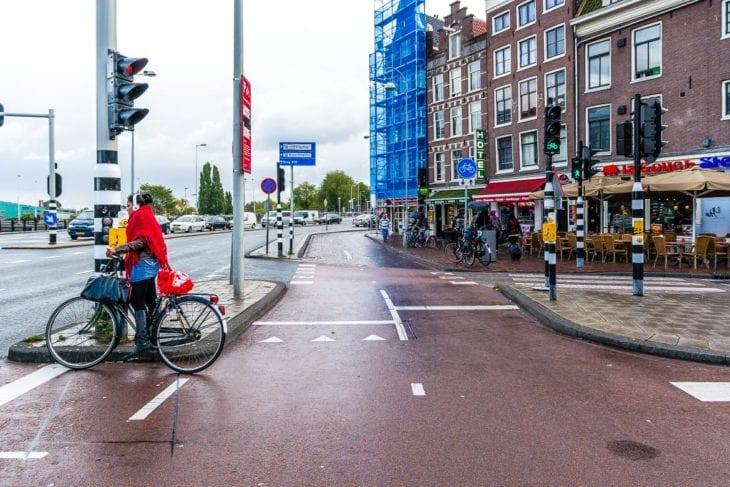 Breite Fahrradspuren am Straßenrand in Amsterdam