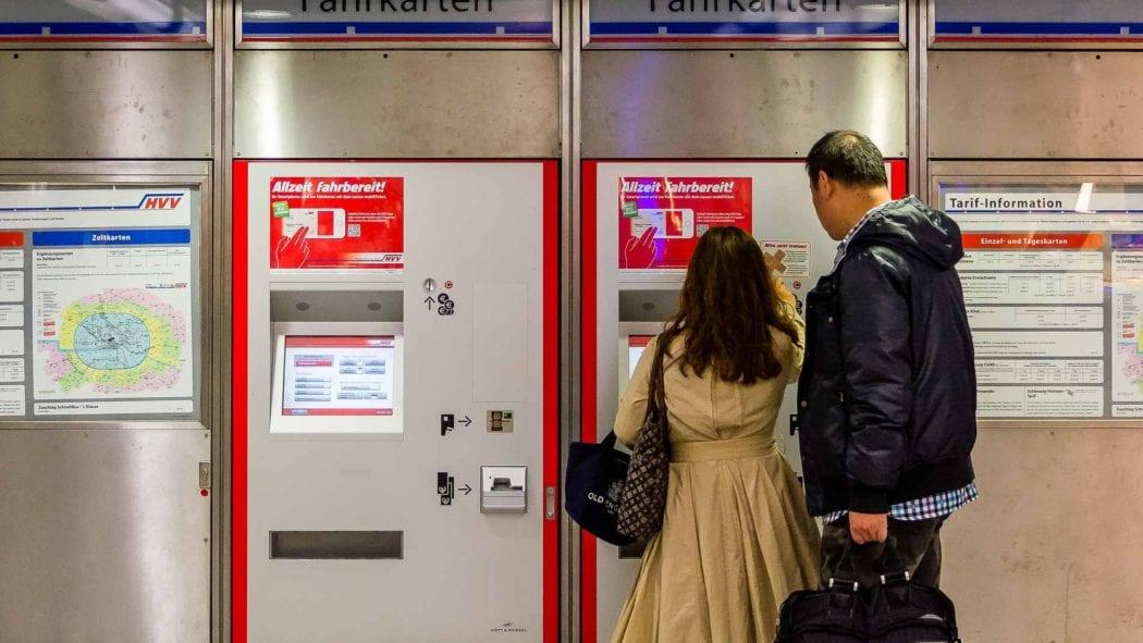 Menschen kaufen Tickets an einem Fahrkartenautomaten in Hamburg