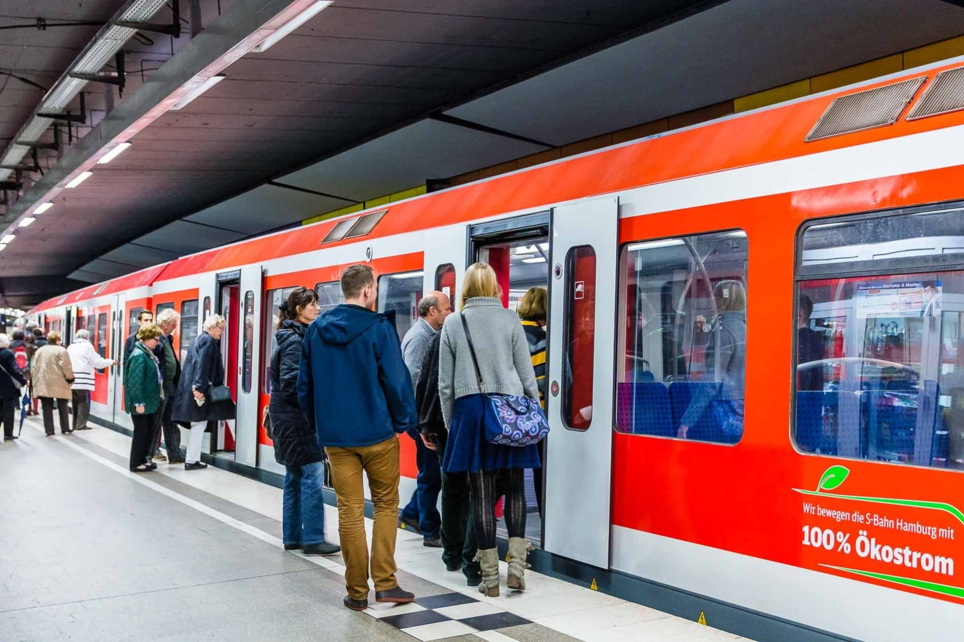 Menschen steigen am Bahnhof Hamburg-Jungfernstieg in eine S-Bahn