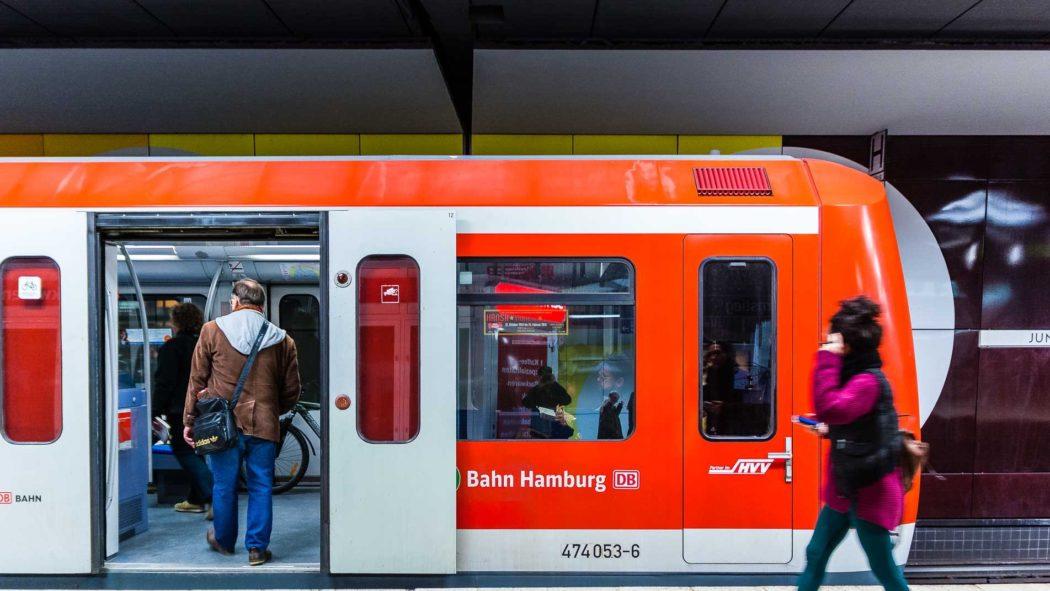 Symbolbild: Menschen steigen am Bahnhof Hamburg-Jungfernstieg in eine S-Bahn