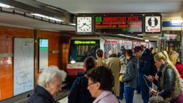 Menschen warten auf eine U-Bahn am Jungfernstieg  in Hamburg