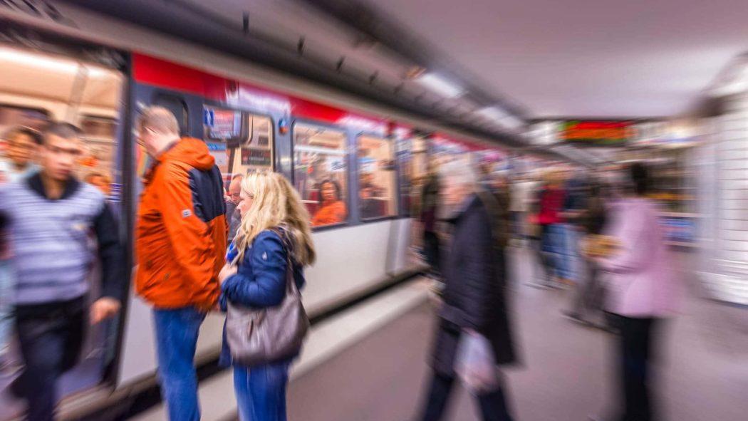 Menschen steigen in eine U-Bahn in Hamburg