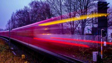 Symbolbild: Eine S-Bahn in den Abendstunden in Hamburg