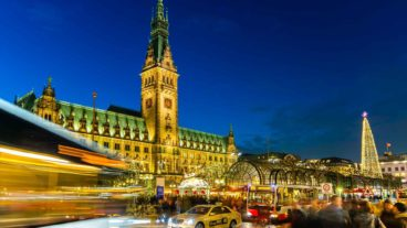 Busse am weihnachtlichen Hamburger Rathausmarkt (mit Bewegungsunschärfe)