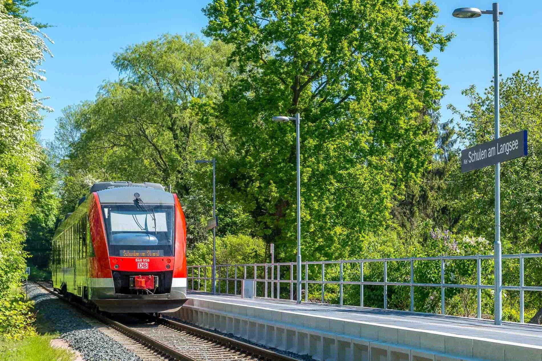 "Sonderzug am Haltepunkt ""Schulen am Langsee"" in Kiel."