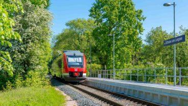 Regionalzug (Sonderzug) am 2013 neu eröffneten Haltepunkt Schulen am Langsee in Kiel an der Bahnstrecke nach Schönberg in Schleswig-Holstein