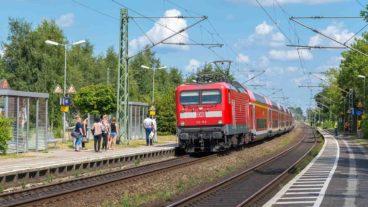 Menschen warten auf Regionalzug in Wrist in Schleswig-Holstein