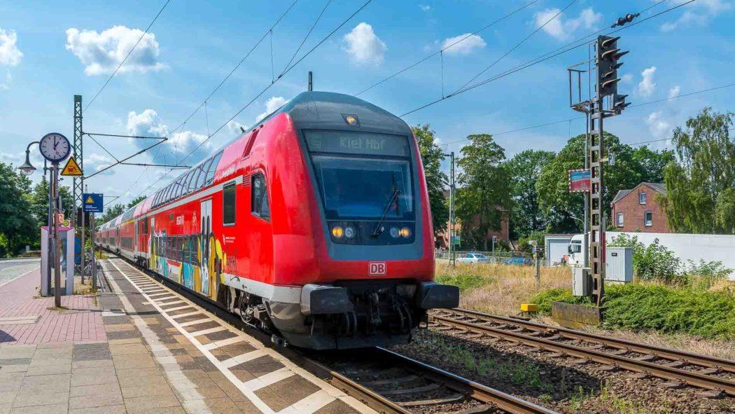 Ab 2022 werden auch Bahnfahrten nach Wrist in Schleswig-Holstein zum HVV-Tarif möglich sein.