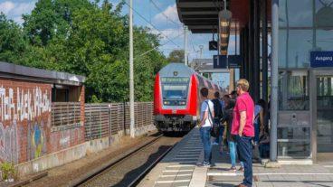 Fahrgäste warten in Hamburg-Tonndorf auf einen Zug der Linie RB81