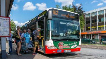 Einstieg vorn: Menschen steigen in einen HVV-Bus in Rahlstedt in Hamburg