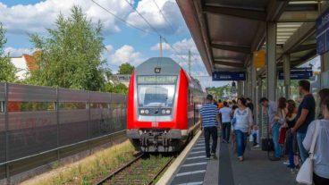 Menschen warten in Hamburg-Rahlstedt auf eine Regionalbahn