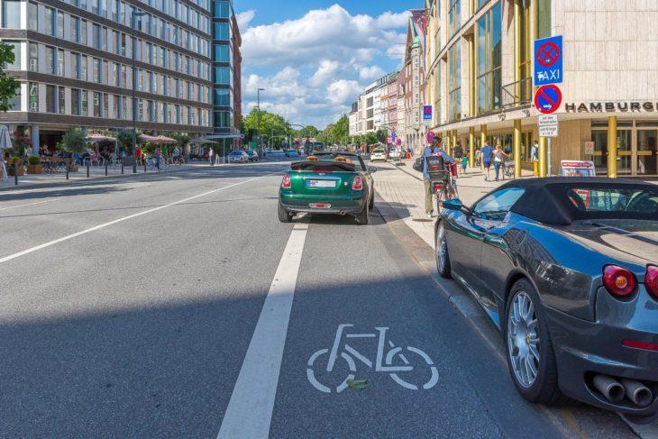 Falschparker blockiert Radfahrspur in der Dammtorstraße in Hamburg (9.8.2014)
