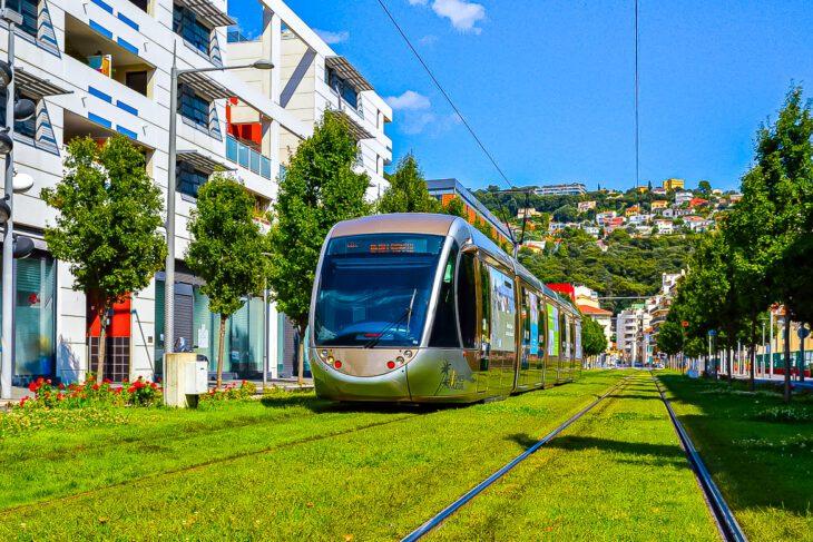 Frankreich, Nice, Nizza, Rasengleis, Saint-Jean-d'Angely Université, Sommer, Stadtbahn, Straßenbahn, Tramway, Universität