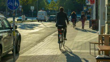 Fahrradfahrer auf schmalem Radweg in der Feldstraße in Hamburg