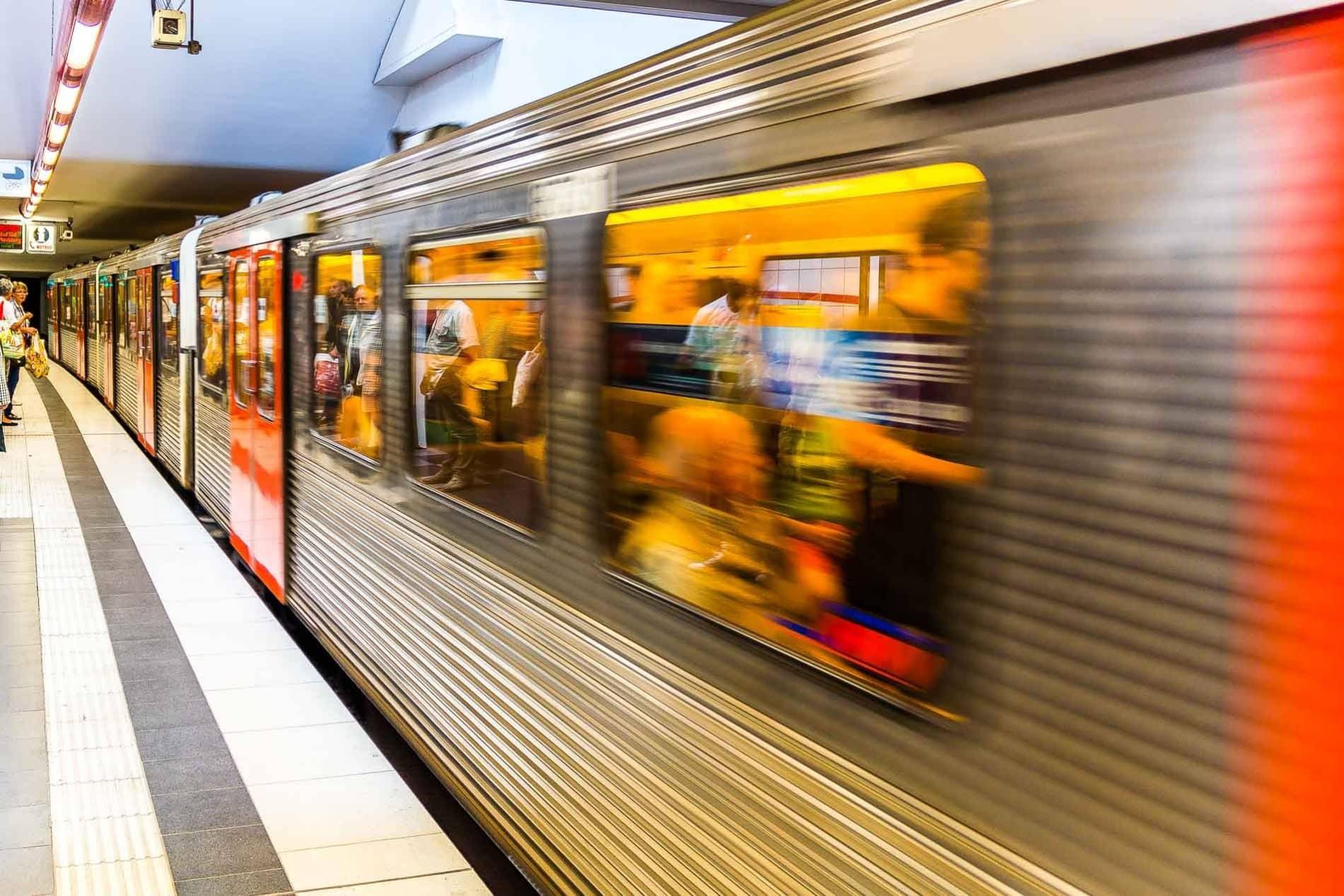 Einfahrende U-Bahn in der Haltestelle Feldstraße in Hamburg mit Bewegungsunschärfe