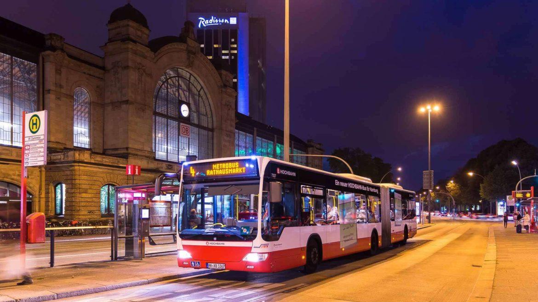 Metrobus am Abend am Bahnhof Dammtor in Hamburg