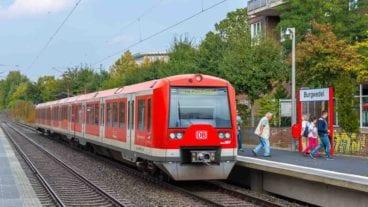Fotomontage: S-Bahn auf AKN-Strecke am Haltepunkt Burgwedel in Hamburg