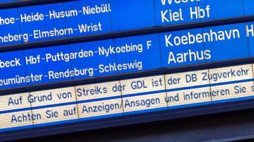 Anzeigetafel im Hamburger Hauptbahnhof mit Verspätungen und Ausfällen wegen Streiks