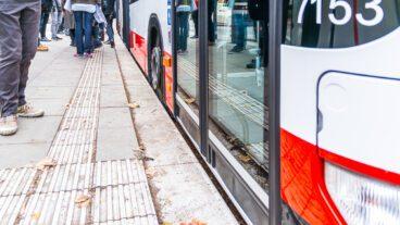 Barrierefreier Einstieg dank spezieller Bordsteine im Busverkehr in Hamburg