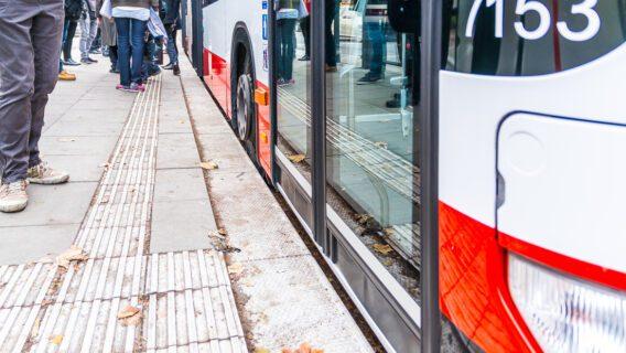 Dank spezieller Bordsteine können Busse in Hamburg ganz nah an die Haltestelle heranfahren. Blindenleitstreifen führen zur ersten Tür.