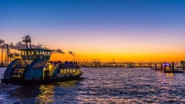 Hadag-Hafenfähre im Sonnenuntergang am Fischmarkt in Hamburg