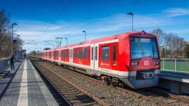 Eine Zweisytem-S-Bahn am Haltepunkt Fischbek in Hamburg.