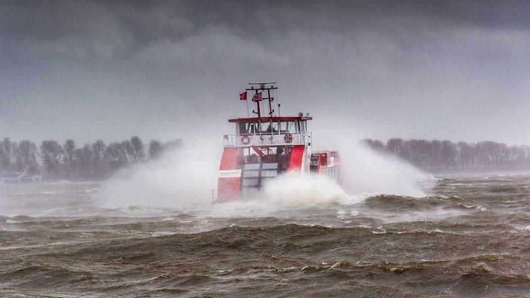 Hadag-Hafenfähre bei schwerem Sturm im Hamburger Hafen
