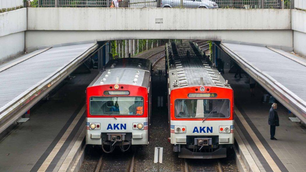 Zwei AKN-Triebwagen begegnen sich im Bahnhof Eidelstedt-Zentrum in Hamburg