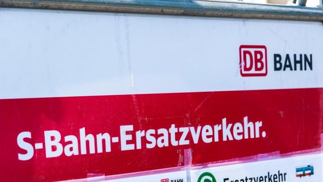 Hinweisschild auf S-Bahn-Ersatzverkehr in Hamburg