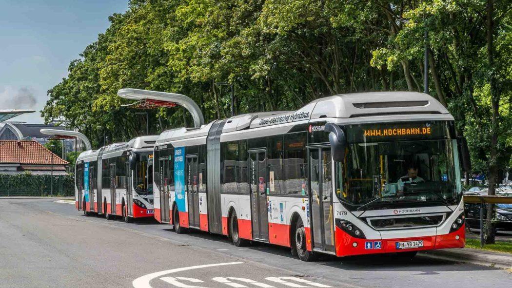 Zwei Elektro-Hybridbusse der Hochbahn am Elektrobusterminal in Hamburg