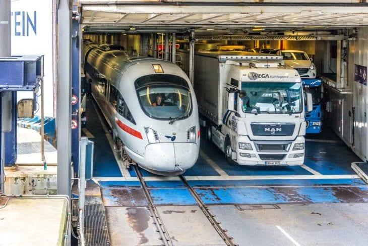 """Ein ICE verlässt die Eisenbahnfähre """"Schleswig-Holstein"""" im dänischen Fährhafen Rödby (Scandlines/Vogelfluglinie)."""