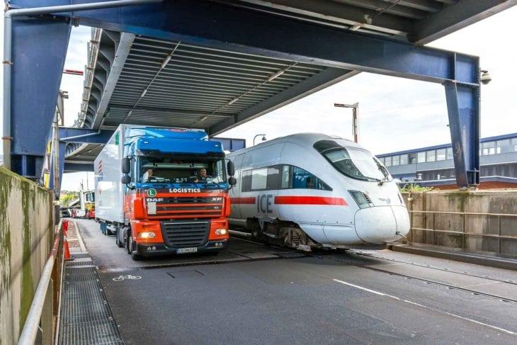 """Ein ICE fährt im dänischen Hafen Rödby auf die Eisenbahnfähre """"Deutschland"""" (Vogelfluglinie/Scandlines)."""
