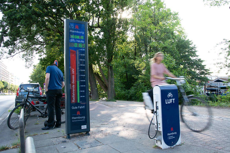 Fahrrad-Zählsäule am Ost-Ufer der Hamburger Alster