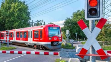 S-Bahn am Bahnübergang Sieversstücken in Hamburg-Rissen