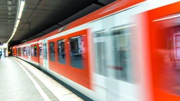 Ein S-Bahn-Zug fährt in den Bahnhof Jungfernstieg ein Hamburg ein