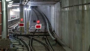 Bauarbeiten und Gleise im U-Bahntunnel in Hamburg (Verlängerung der U-Bahnlinie U4 in der HafenCity)