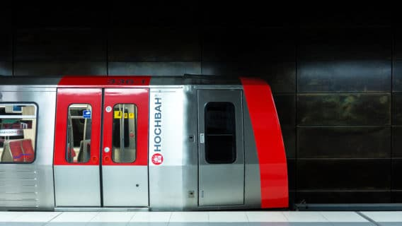 U-Bahn-Triebwagen vom Typ DT5 im Hamburger U-Bahnhof HafenCity Universität