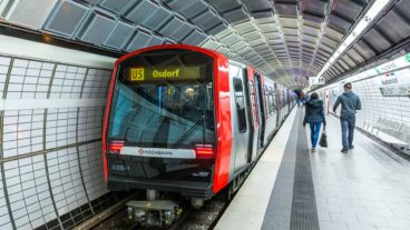 Fotomontage: Ein Zug der Linie U5 Richtung Osdorf