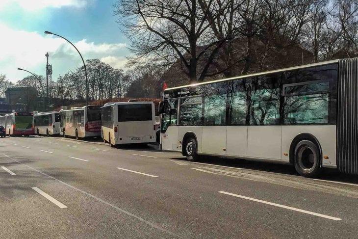 Überfüllte Bushaltestelle an der Kellinghusenstraße