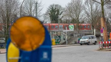 Zugang zum S-Bahnhof Diebsteich. Hier soll bald das Empfanggebäude für den neuen Fernbahnhof Altona (Nord) entstehen