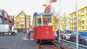 Hamburger Straßenbahn auf einem Supermarktplarkplatz in Winterhude
