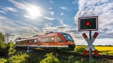 Ein Regionalzug vom Typ LINT in der Frühlingssonne bei Großenbrode in Schleswig-Holstein