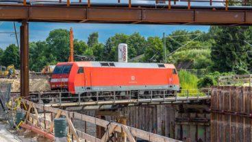 Ein Güterzug auf der Baubrücke am Bahnübergang Hammer Straße