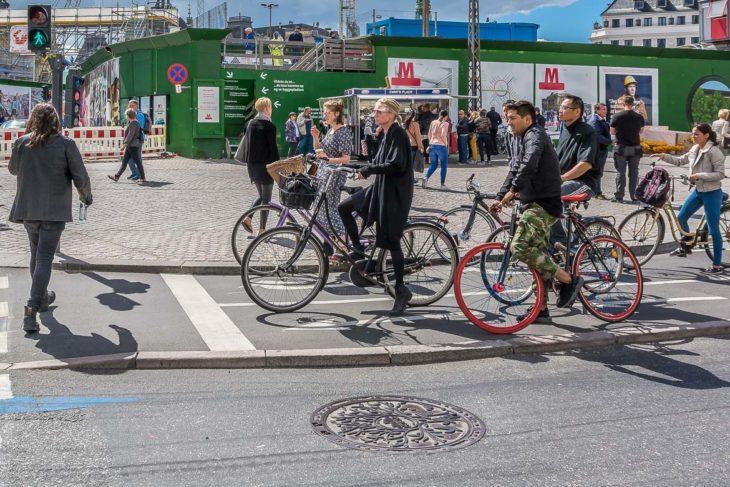 Breite und deutlich vom Autoverkehr abgetrennt Radspuren: Standard in der Farrradstadt Kopenhagen