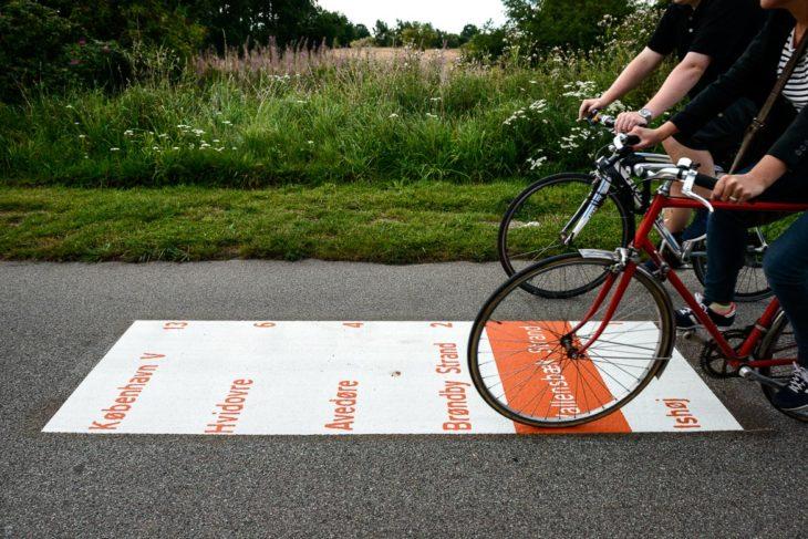 Praktisch: Auf dem Boden aufgemalte KIlometerangaben bis zum Stadtzentrum von Kopenhagen auf einem Radschnellweg in Dänemark