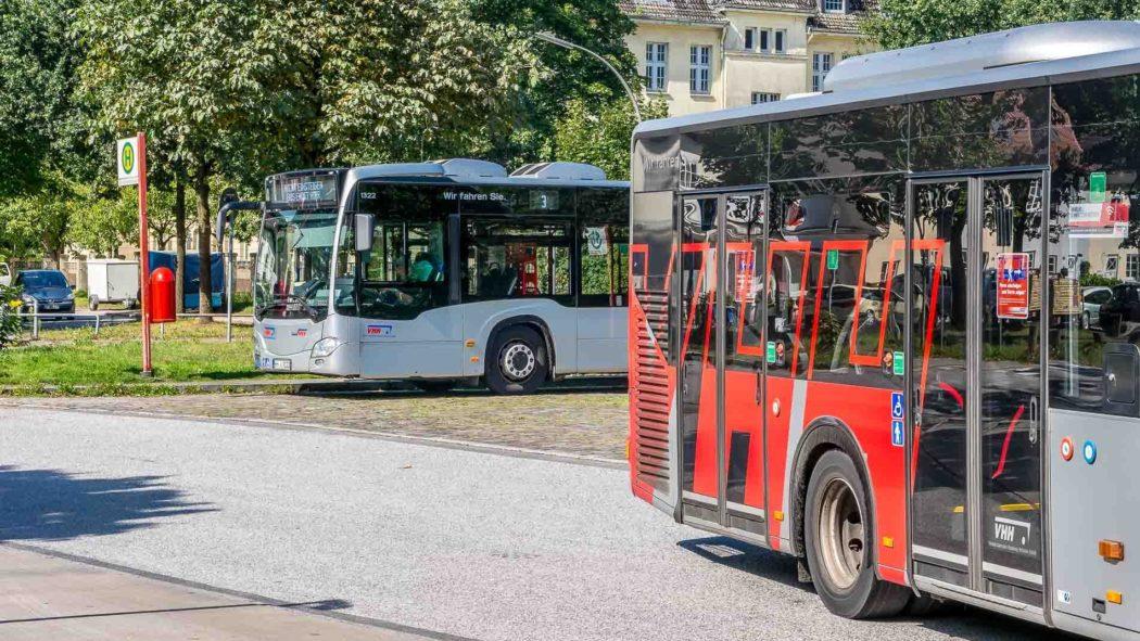 Zwei Metrobusse der Linie 3 in Hamburg