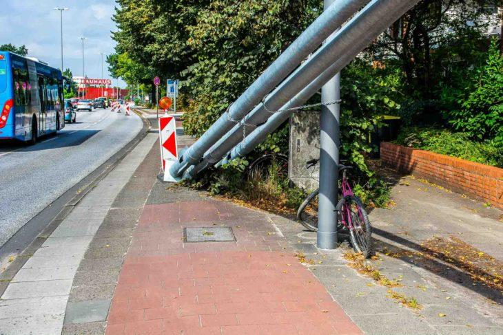 Abgestellte Laternenmasten blockeiren den benutzungspflichtigen Radweg an der Kieler Straße