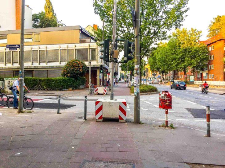 Eine Bauampel blockiert den benutzungspflichtigen Radweg in der Gärtnerstraße in Eimsbüttel