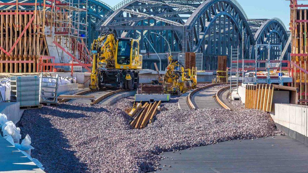 Bau des U-Bahnhofs Elbbrücken: Die ersten Gleise sind verlegt